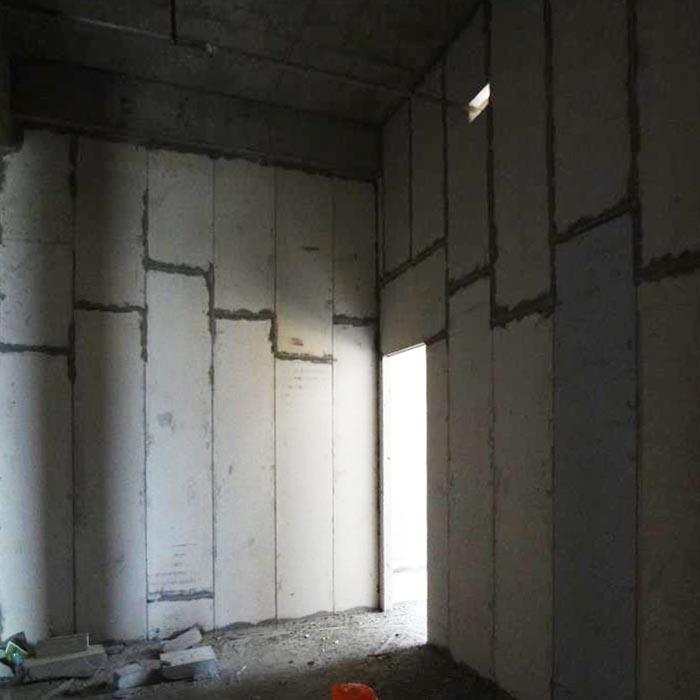 上海某医院墙面保温隔墙板安装现场